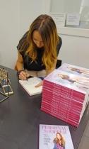 Ana Antic firmando su libro Personal Shopper