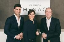 Clinica Henao, Bilbao. Aitor Ocio con los doctores Amaia Fernández y Santiago Guerra.