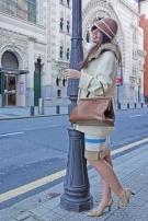 Bombasi (chaquetón Rodier, falda Anne Klein, zapatos Pura López, bolso vintage, gorro Hat2toe.com)